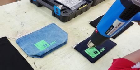 シルクスクリーン印刷のグッズを乾かす