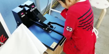 シルクスクリーン印刷の仕上げのプレス